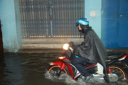 Mưa lớn ở Hà Nội, nhiều tuyến phố ngập nặng - ảnh 1