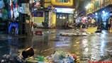 """Phố cổ Hà Nội chìm trong """"biển rác"""" sau cơn mưa lớn"""