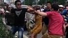 Quá xấu hổ hai thanh niên Việt hành hung một anh Tây chảy máu mũi