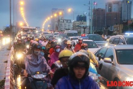Người Hà Nội bì bõm trở về nhà, giao thông hỗn loạn - ảnh 1
