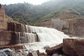 Vỡ đập thủy điện Đak Rông 3: Lộ bêtông trộn đất và gỗ mục