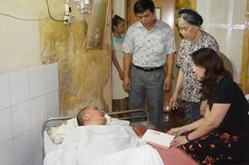 Trao tiền hỗ trợ tới công nhân bị tai nạn lao động tại Ninh Bình