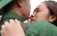 Hết Valentine, tân binh Hà Nội tạm biệt người yêu lên đường nhập ngũ