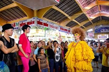 """Các thí sinh Vietnam's Next Top Model """"quậy"""" trong chợ Bến Thành"""