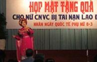 TPHCM: Tặng quà cho nữ công nhân bị tai nạn lao động