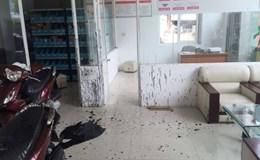 Côn đồ khủng bố hàng loạt cửa hàng xe máy bằng mắm tôm và dầu nhớt