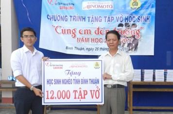 Trao tặng 12.000 quyển vở cho học sinh