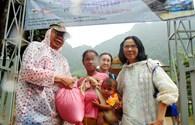 Trao quà hỗ trợ cho đồng bào Rục tại Quảng Bình