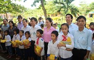 Trao 60.000 suất quà cho học sinh vùng lũ