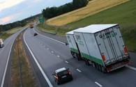 """Những lỗi ngớ ngẩn lái xe con hay """"dính"""" khi đi cạnh xe tải"""