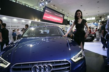 Mãn nhãn với xe sang và hoa hậu tại triển lãm xe nhập khẩu VIMS