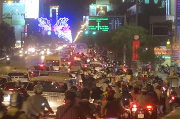 TPHCM: Hành khách trễ tàu, máy bay vì kẹt xe