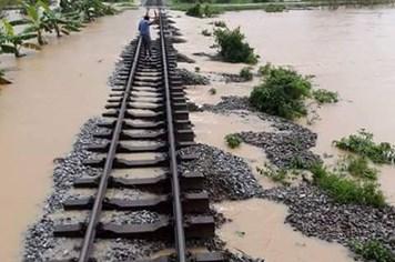 Đường sắt tiếp tục tê liệt vì mưa lũ, hơn 30 đoàn tàu mắc kẹt