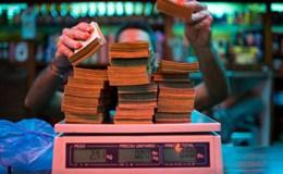 Siêu lạm phát, dân Venezuela cân tiền để mua thức ăn