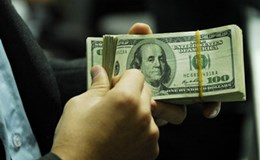 """Giá USD ngân hàng """"đứng yên"""" mặc tỷ giá trung tâm tăng vọt 5 phiên liên tiếp"""