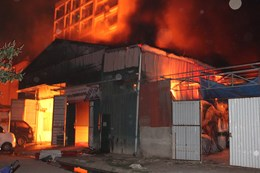 Hà Nội: Xưởng gỗ rực cháy trong đêm, 3 nhà lân cận thiệt hại nặng