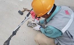 """Đường """"tráng xi măng trên cát"""": Giám đốc Sở GTVT đến kiểm tra, nhà thầu đứng ... hỗ trợ"""