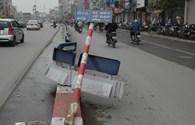 Cột biển báo, dải phân làn như thảm cảnh trên phố