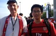Ba ông Tây theo chân Arsenal sang VN bán đồ lưu niệm