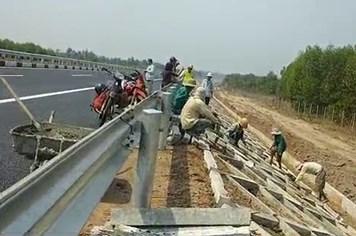 Video: Công nhân tất bật hoàn thiện con đường cao tốc đẹp nhất Việt Nam