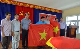 LĐLĐ tỉnh Bình Thuận tặng 1.000 cờ tổ quốc cho nghiệp đoàn nghề cá