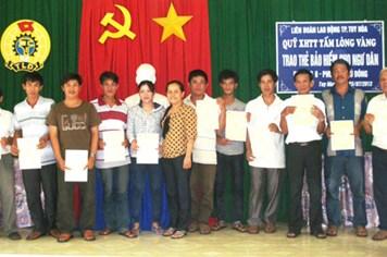 Trao 100 triệu đồng cho ngư dân Phú Yên