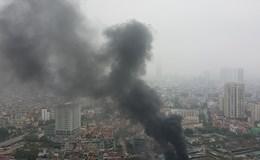 [Video] Hà Nội: Đám cháy khổng lồ, lửa khói bốc trùm kín một góc trời ở Yên Hòa, Cầu Giấy