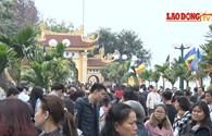 Nghìn người chen chân đi chùa Trấn Quốc cầu may đầu năm