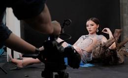Top 5 showbiz: Hoa hậu Kỳ Duyên gây bất  ngờ với thiết kế xẻ táo bạo