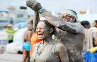 Hàng ngàn du khách đen sì tại lễ hội bùn Boryeong để... dưỡng da và làm đẹp