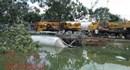Nóng nhất Sài Gòn: Xe đầu kéo lật xuống mương nước, tài xế kẹt trong cabin