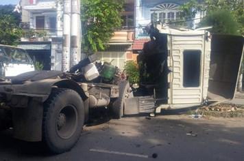 Nóng nhất Sài Gòn: Bất ngờ lao vào trụ điện, tài xế container tử vong