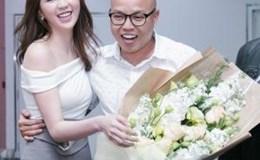 Ngọc Trinh bất ngờ xuất hiện tặng hoa cho đạo diễn Vũ Ngọc Đãng