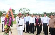 Chủ tịch Quốc hội thăm gia đình chính sách và dâng hương tại Tượng đài mẹ Thứ Quảng Nam