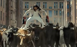 Siêu sao hành động Jason Statham đội tóc giả bay lượn trên lưng bò tót trong quảng cáo của LG G5.