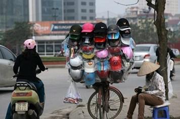Phạt đội mũ bảo hiểm không chất lượng... có khả thi?