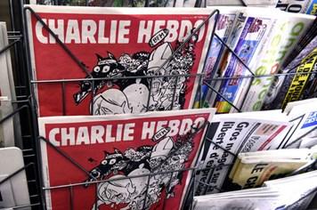 """Tạp chí biếm họa Charlie Hebdo """"báng bổ và xúc phạm"""" nạn nhân máy bay Nga"""
