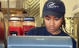 Con gái út ông Obama dọn dẹp, phục vụ ở nhà hàng