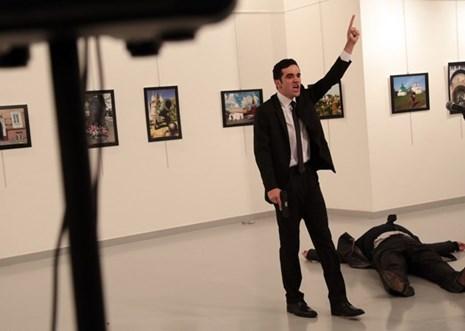 """Ảnh ám sát Đại sứ Nga tại Thổ Nhĩ Kỳ """"làm nên lịch sử"""""""