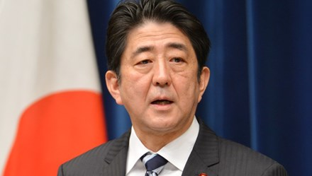 Thủ tướng Nhật Bản dính bê bối với bạn lâu năm