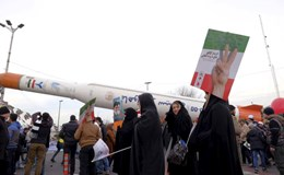 """Iran """"nổ phát súng"""" đầu tiên đáp trả trừng phạt của Mỹ"""