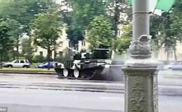 Phóng như bay trên đường trơn, xe tăng T-72 mất lái húc đổ cột đèn