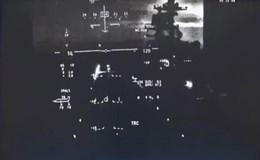 """Màn hạ cánh """"hú hồn"""" của siêu chiến đấu cơ F-35 trên tàu sân bay"""