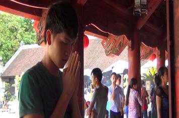 Video: Hàng nghìn sĩ tử đội nắng đến Văn Miếu Quốc Tử Giám cầu may