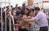 Video: Người hâm mộ xô bật cổng rào chen nhau vào mua vé trận Việt Nam-Man City