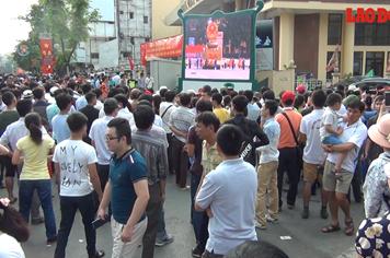 Hàng nghìn người tập trung trước màn hình lớn ngoài trời xem duyệt binh