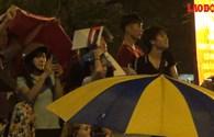 SVĐ Mỹ Đình: Người dân lớp lớp áo mưa, mũ nón hồ hởi xem pháo hoa dưới trời mưa nặng hạt