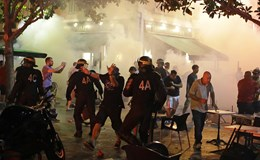 CĐV Anh hỗn chiến tấn công cảnh sát và CĐV Nga trước thềm Euro 2016