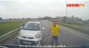 Taxi chạy ngược chiều bị chặn đầu, hùng hổ rút gậy dọa đánh người