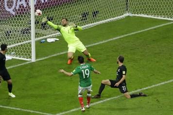 Thắng New Zealand kịch tính 2 - 1, Mexico chiếm ngôi đầu bảng A Confederations Cup 2017